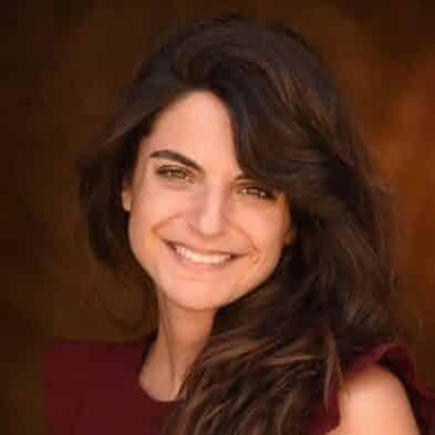 une jeune femme brune qui sourit
